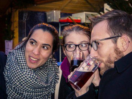 Meliz, Sabine und Christian schmeckt's: Glühbier am Stand des Ratskeller. Foto: Dominik Ziegler