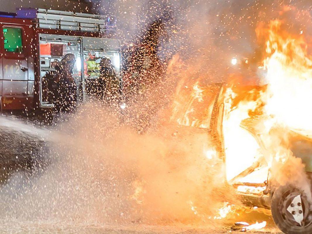 Ein Pkw steht komplett in Flammen. Symbolfoto: Pascal Höfig