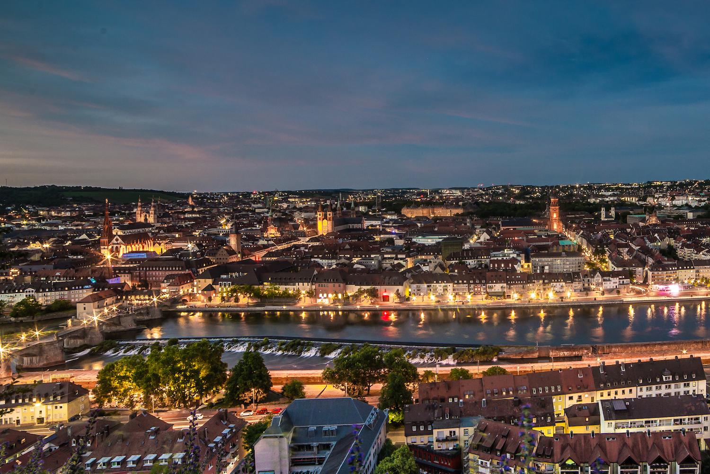 Abenddämmerung über Würzburg. – Foto: Pascal Höfig