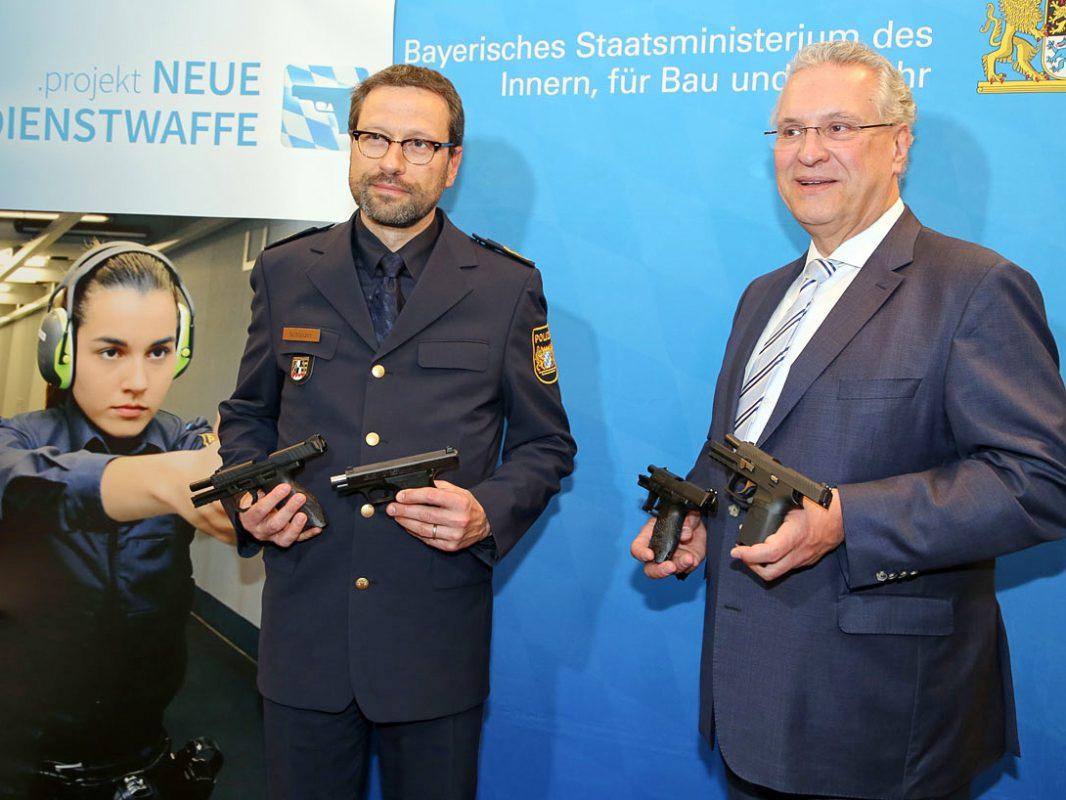 Polizeipräsident Alfons Schieder und Innenminister Joachim Herrmann informieren über die Einführung der neuen Dienstpistole der Bayerischen Polizei. Foto: Bayerns Polizei