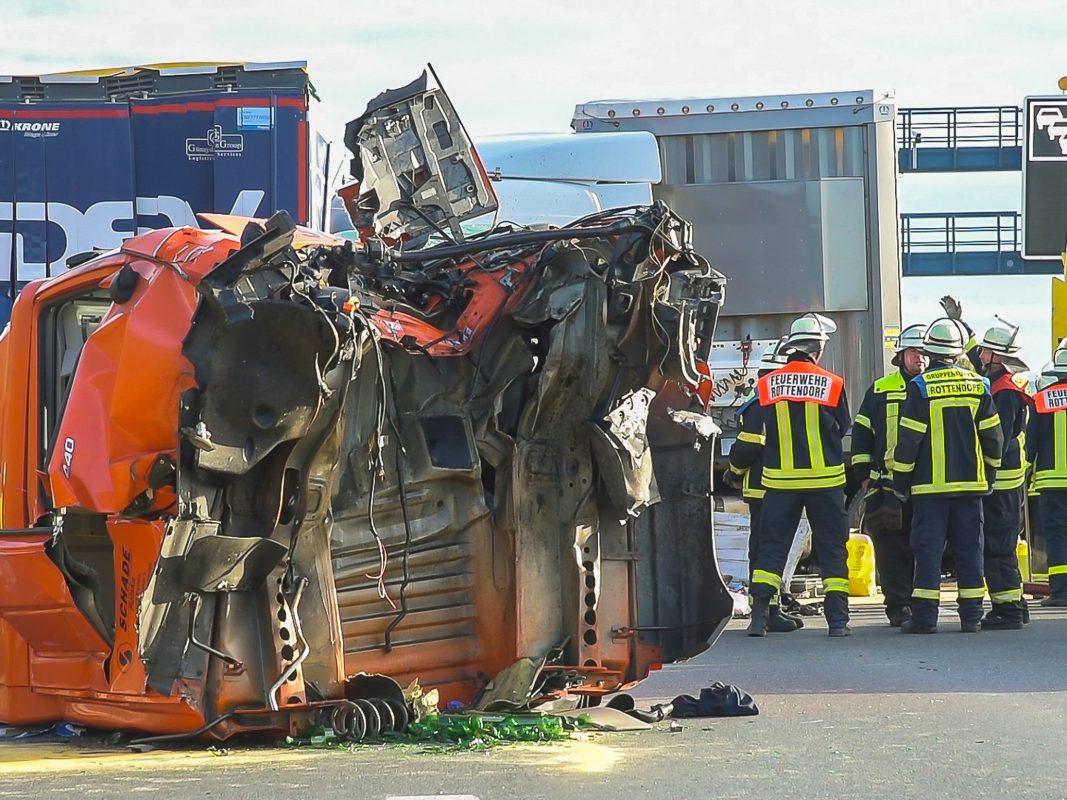 Der Lkw-Fahrer wurde aus dem Führerhaus gerettet und mit schweren Verletzungen in eine Klinik gebracht. Foto: Pascal Höfig
