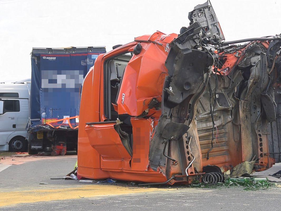 Der Aufprall war so heftig, dass das Führerhaus des 40-Tonners abgerissen wurde. Foto: Pascal Höfig