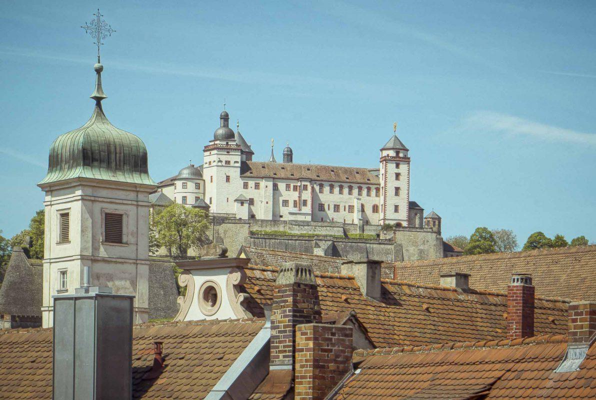 Die Festung Marienberg ziert den Monat Juli. Foto: Pascal Höfig