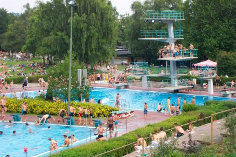Schwimmen, planschen, genießen – das Dallenbergbad ist ein beliebter Anlaufpunkt für die Würzburger im Sommer. –Foto: WVV