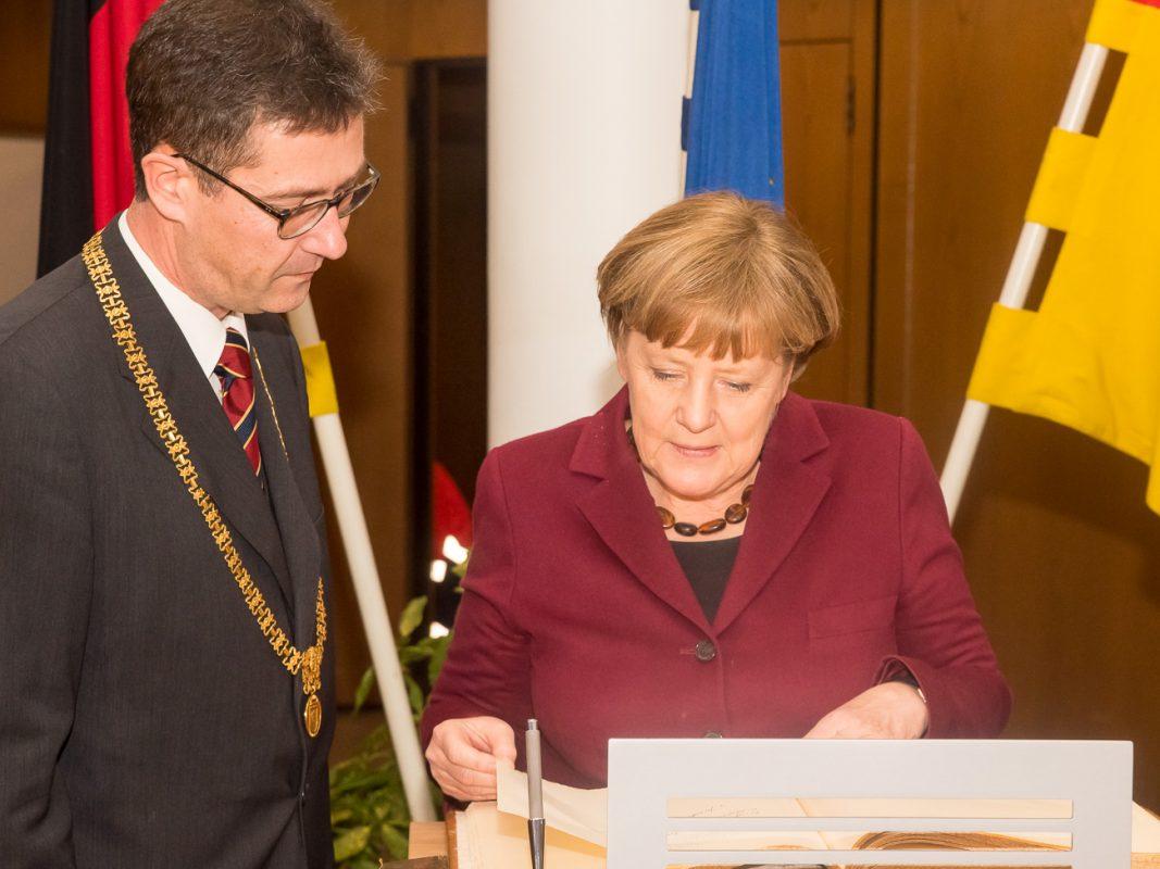 Dr. Merkel schreibt ins Goldene Buch der Stadt Würzburg - Foto: Pascal Höfig