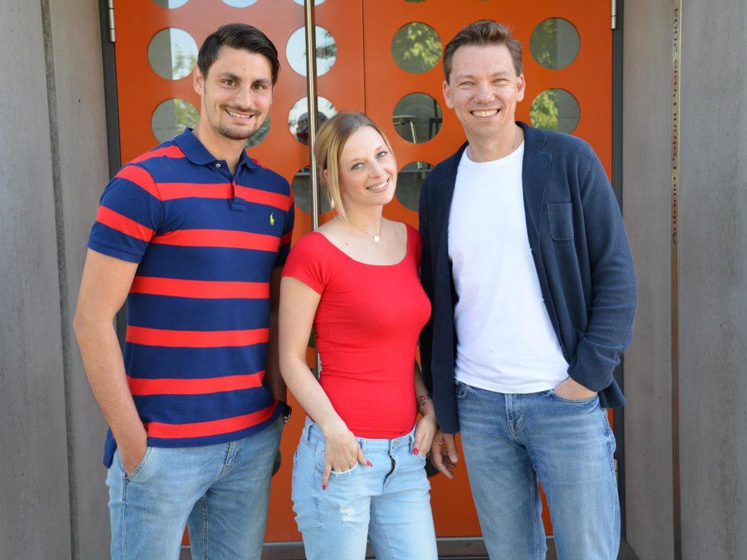 Azubi Alexandru Dan mit Azubine Stefanie Knollmeier und Geschäftsführer Jochen Bähr. Foto. Büroforum