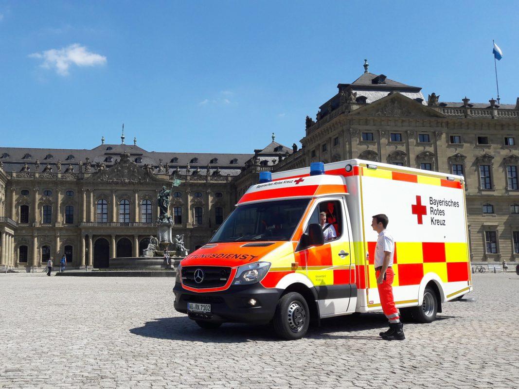 """Bild: Mit dem Funkrufnamen """"Rotkreuz Würzburg 71/2 """" ist der erste Rettungswagen nach dem neuen Hochsichtbarkeitskonzept der bayerischen Rettungsdienste in der Stadt in Betrieb gegangen. Foto: Michael Wuz, BRK Würzburg."""