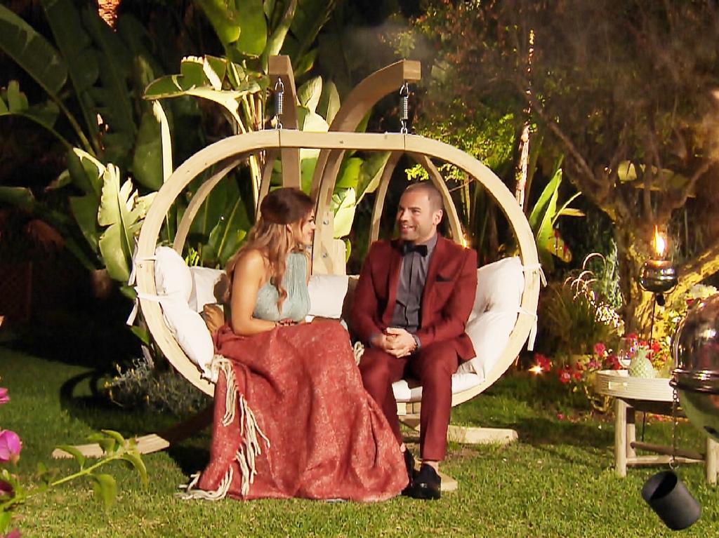 In der dritten Nacht der Rosen nimmt Manuel seinen Mut zusammen. Er hat etwas auf dem Herzen, das er Jessica unbedingt mitteilen möchte. Foto: MG RTL D