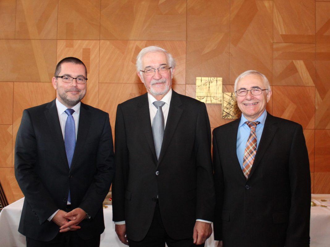 Regierungspräsident Dr. Paul Beinhofer (Bildmitte) gratuliert Heiko Brückner (links) zur Bestellung als neuer Bereichsleiter bei der Regierung von Unterfranken. Bisherige Bereichsleiter Abteilungsdirektor Wolfgang Jäger (rechts). Foto: Regierung Unterfranken