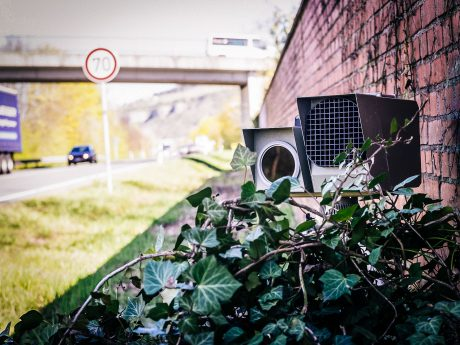 Geschwindigkeitsmessgerät am Straßenrand. Foto: Pascal Höfig