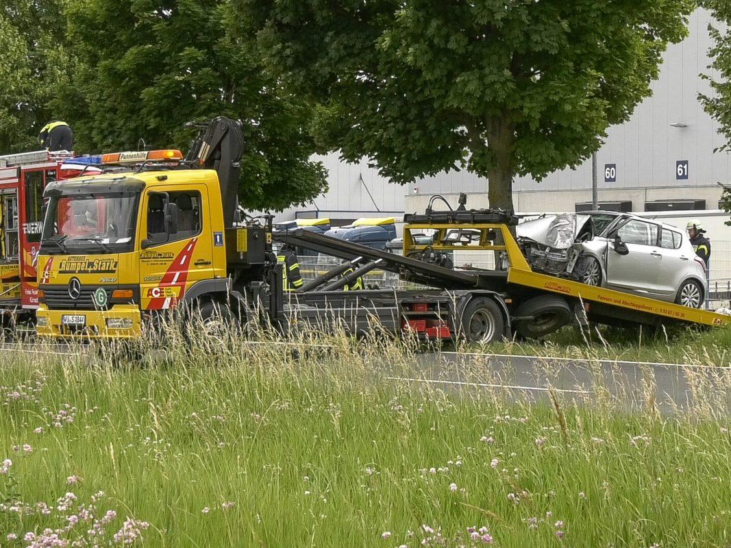 Der Pkw kam nach rechts von der Fahrbahn ab und prallte frontal gegen einen Baum. Foto: Pascal Höfig