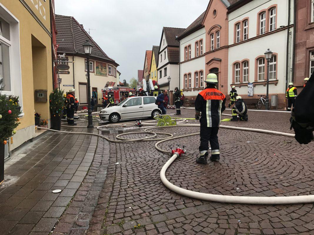 Löscharbeiten in der Friedrich-Ebert-Straße in Lengfurt. Foto: Feuerwehr Marktheidenfeld/Benedict Rottmann