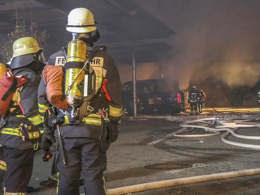 Durch einen massiven Löschangrifft mit insgesamt sieben Strahlrohren konnten die eingesetzten Feuerwehren den Brand schließlich unter Kontrolle bringen. Foto: Pascal Höfig