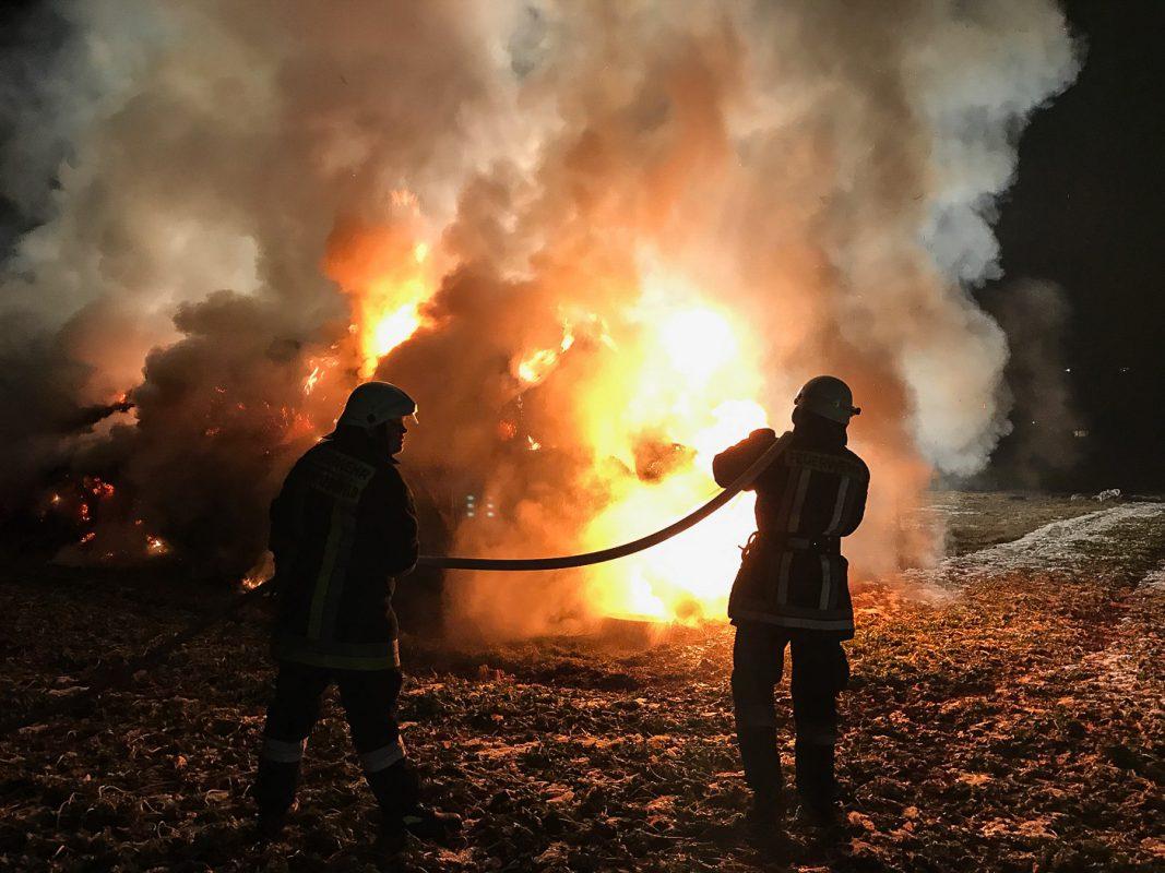 Auf einer Freifläche brannten beim Eintreffen der Einsatzkräfte von Feuerwehr und Polizei ca. 100 Strohrundballen und ca. 140 Quaderballen Silage - Foto: Benedict Rottmann / FF Marktheidenfeld