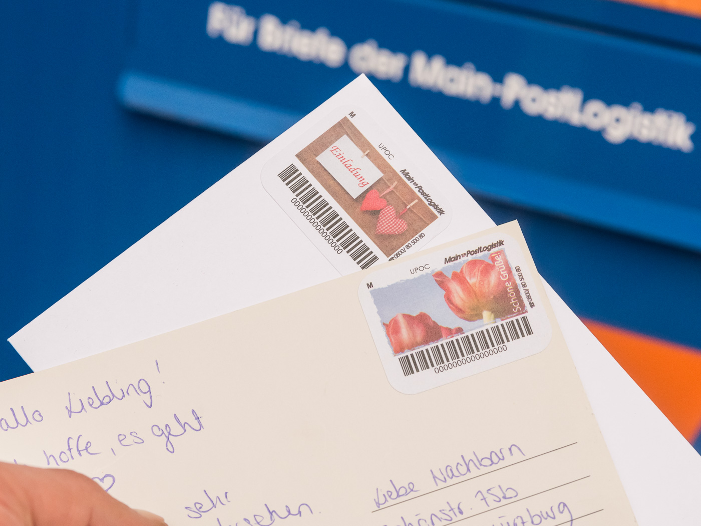 Mit den MainLabels der Main-PostLogistik bekommen Briefe und Postkarten einen persönlichen Touch. Foto: Pascal Höfig