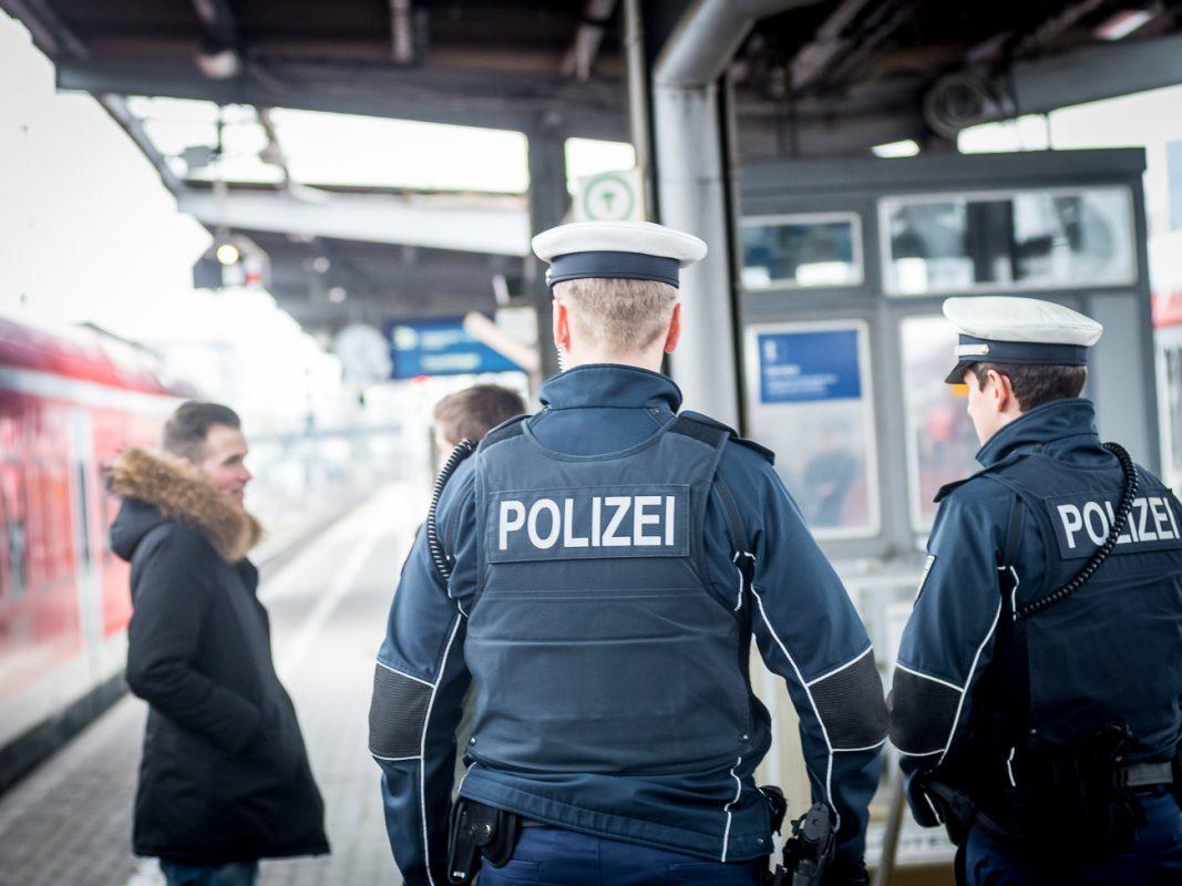 Personenkontrollen am Bahnsteig - Foto: Pascal Höfig