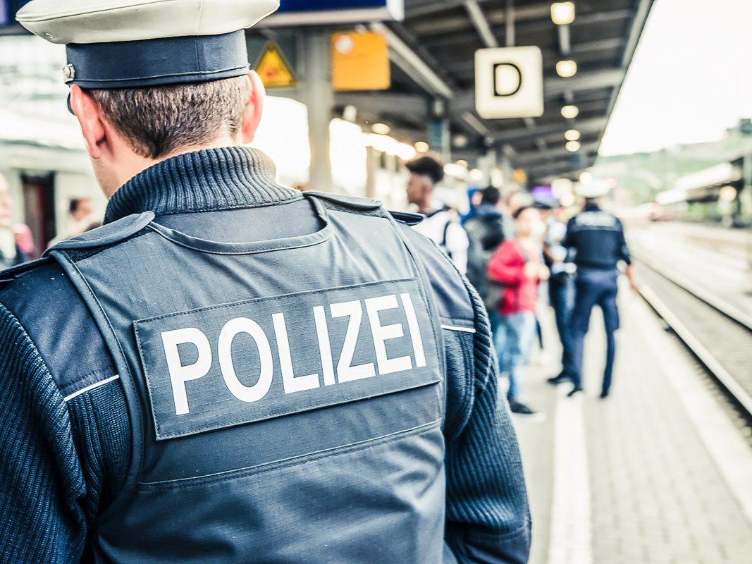 Ein Beamter der Bundespolizei Würzburg am Bahnhof - Symbolfoto: Pascal Höfig