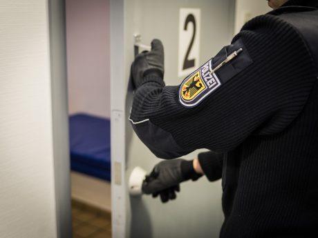Haftraum bei der Bundespolizei Würzburg. Symbolfoto: Pascal Höfig