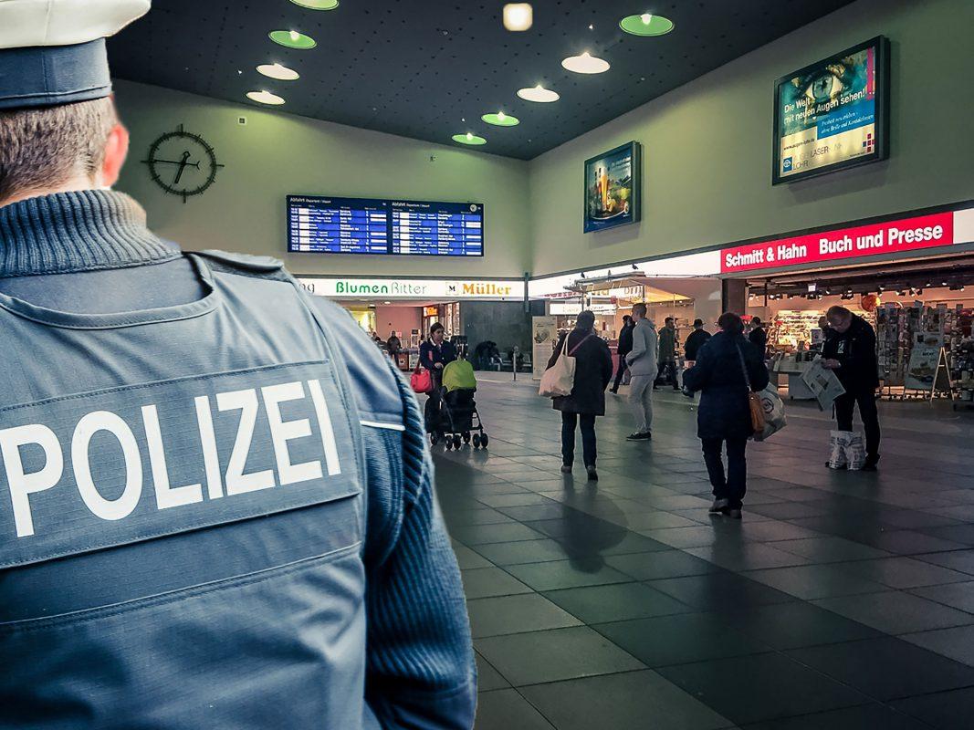 Ein Beamter der Bundespolizei Würzburg im Bahnhof. Symbolfoto: Pascal Höfig