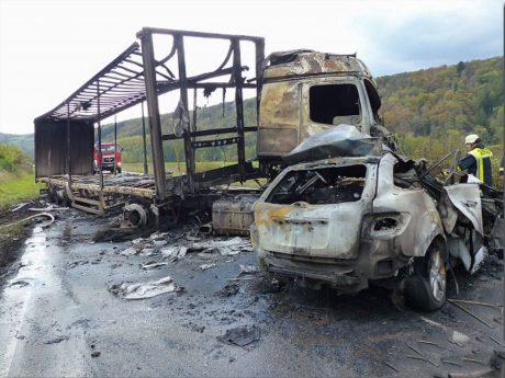 Während sich der Lkw-Fahrer aus seinem Führerhaus befreien konnte, kam für die Insassen aus dem PKW jede Hilfe zu spät. Foto: Feuerwehr Wertheim