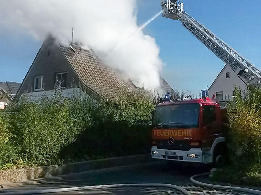 Trotz der schnell vor Ort befindlichen Feuerwehr konnte ein ausbrennen des Dachstuhls nicht verhindert werden. Foto: Freiwillige Feuerwehr Ochsenfurt