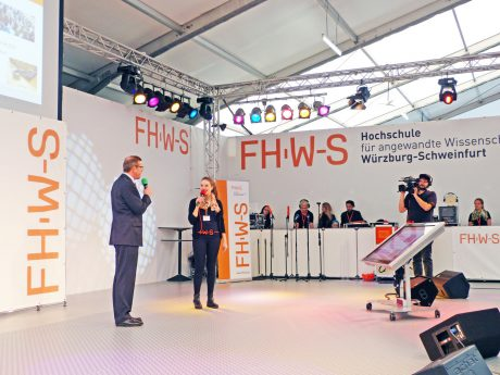 Studentin hält Interview auf der Medienbühne. I Foto: FHWS