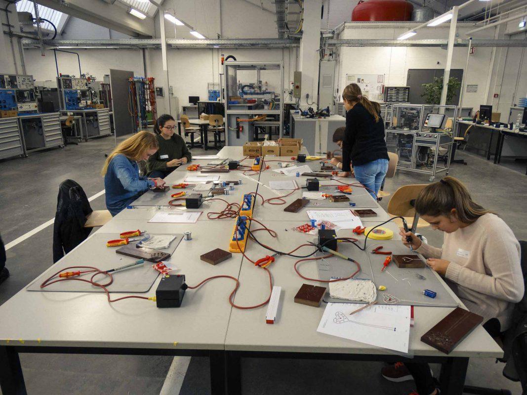 Geboten werden Workshops zu Themen wie Informationstechnologie, Energie, Material und Vermessung in Zusammenarbeit mit namhaften Arbeitgebern aus der Region. Foto: FHWS I Sonja Ehrenfels
