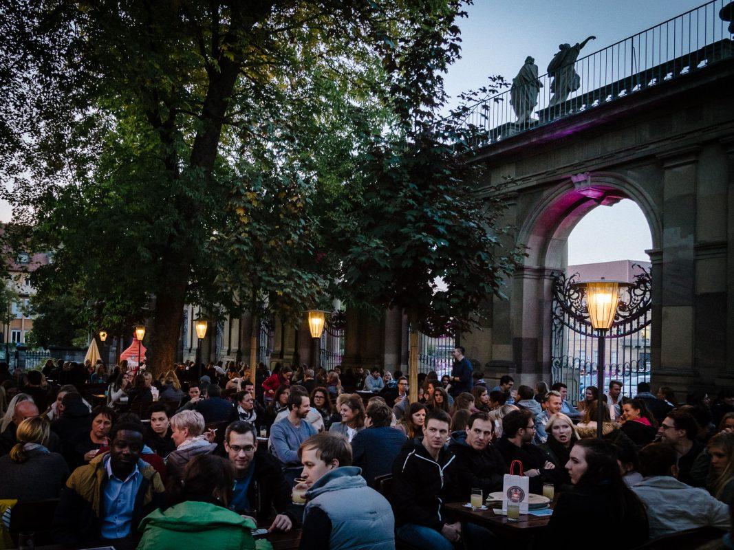 Schöppeln aud dem 2. Federweißerfest in Würzburg. Foto: Pascal Höfig