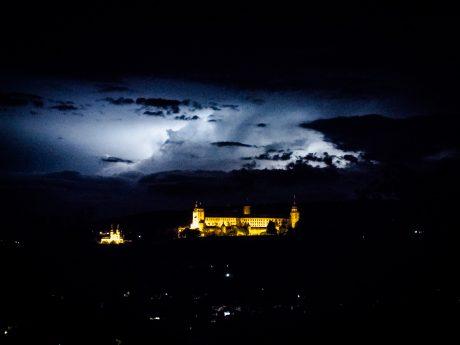 Wetterleuchten hinter der Festung. Foto: Pascal Höfig