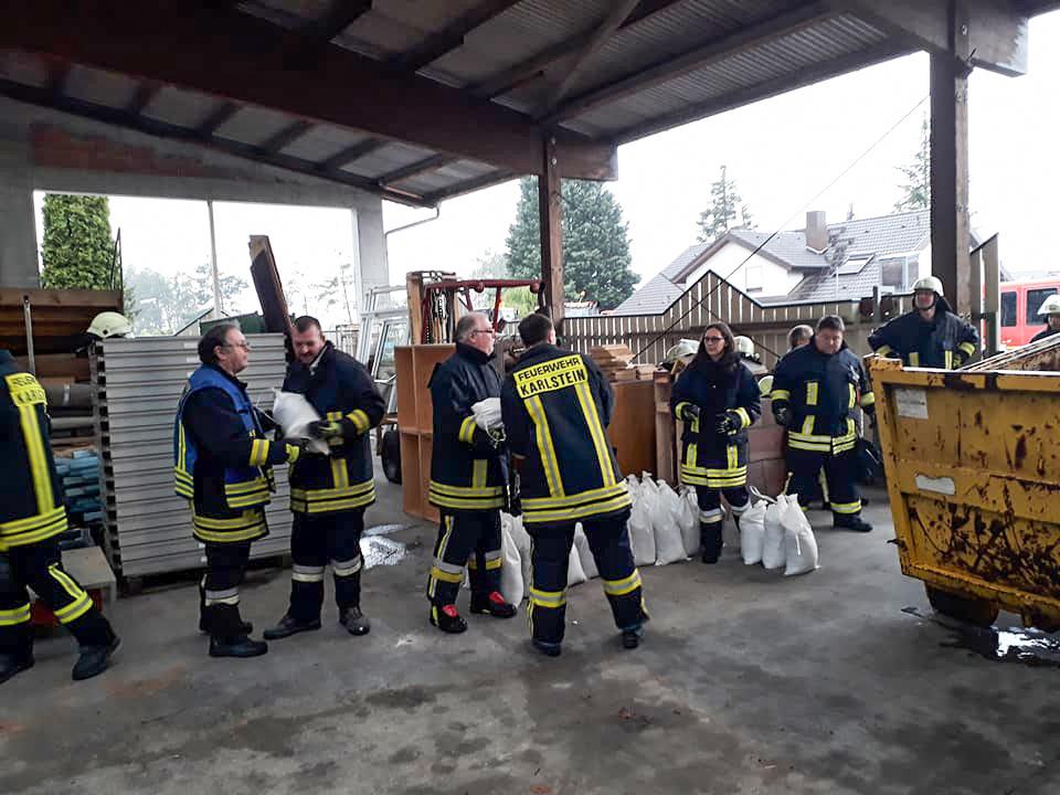Die Feuerwehr Kahl zusammen mit den Feuerwehren Karlstein, Alzenau, Mömbris und dem THW Alzenau, um in Alzenau Sandsäcke für die Feuerwehren des Landkreises zu füllen. Foto: Feuerwehr Kahl