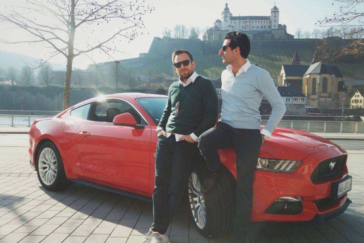Chris und Leo testen den Ford Mustang. – Foto: Dominik Ziegler