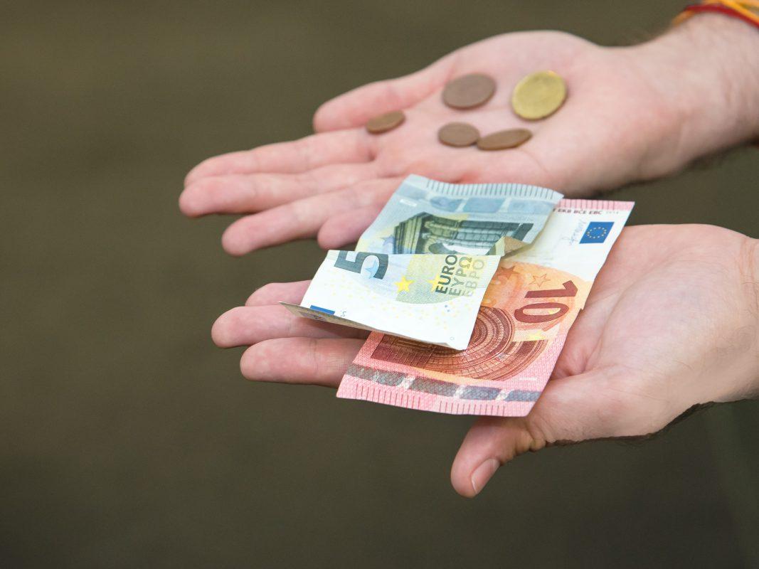Geld in der Hand. Symbolfoto: Pascal Höfig