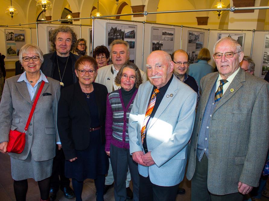 Bürgermeisterin Marion Schäfer-Blake (3.v.l.) und Stadtrat Udo Feldinger (2.v.r.) mit den Machern der Ausstellung. Foto: Christian Weiß