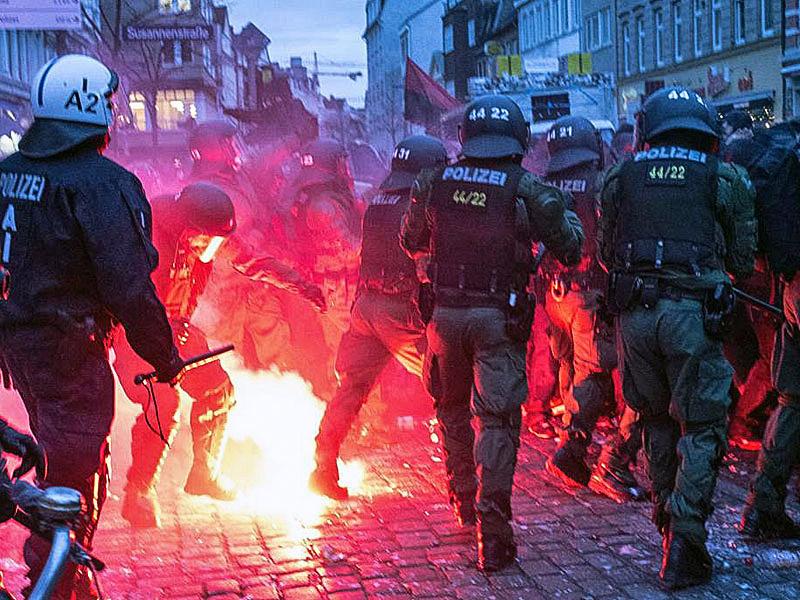 Gewalttätige Ausschreitungen bei einem Polizeieinsatz - Foto: Bayerisches Staatsministerium des Innern, für Bau und Verkehr