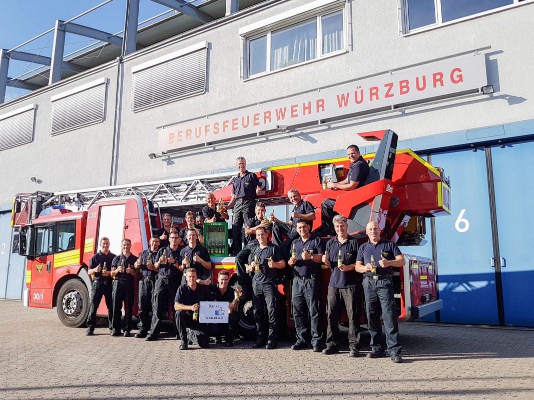 Die Berufsfeuerwehr Würzburg mit ihrem neuen Distelhäuser-Kühlschrank. Foto: Berufsfeuerwehr Würzburg