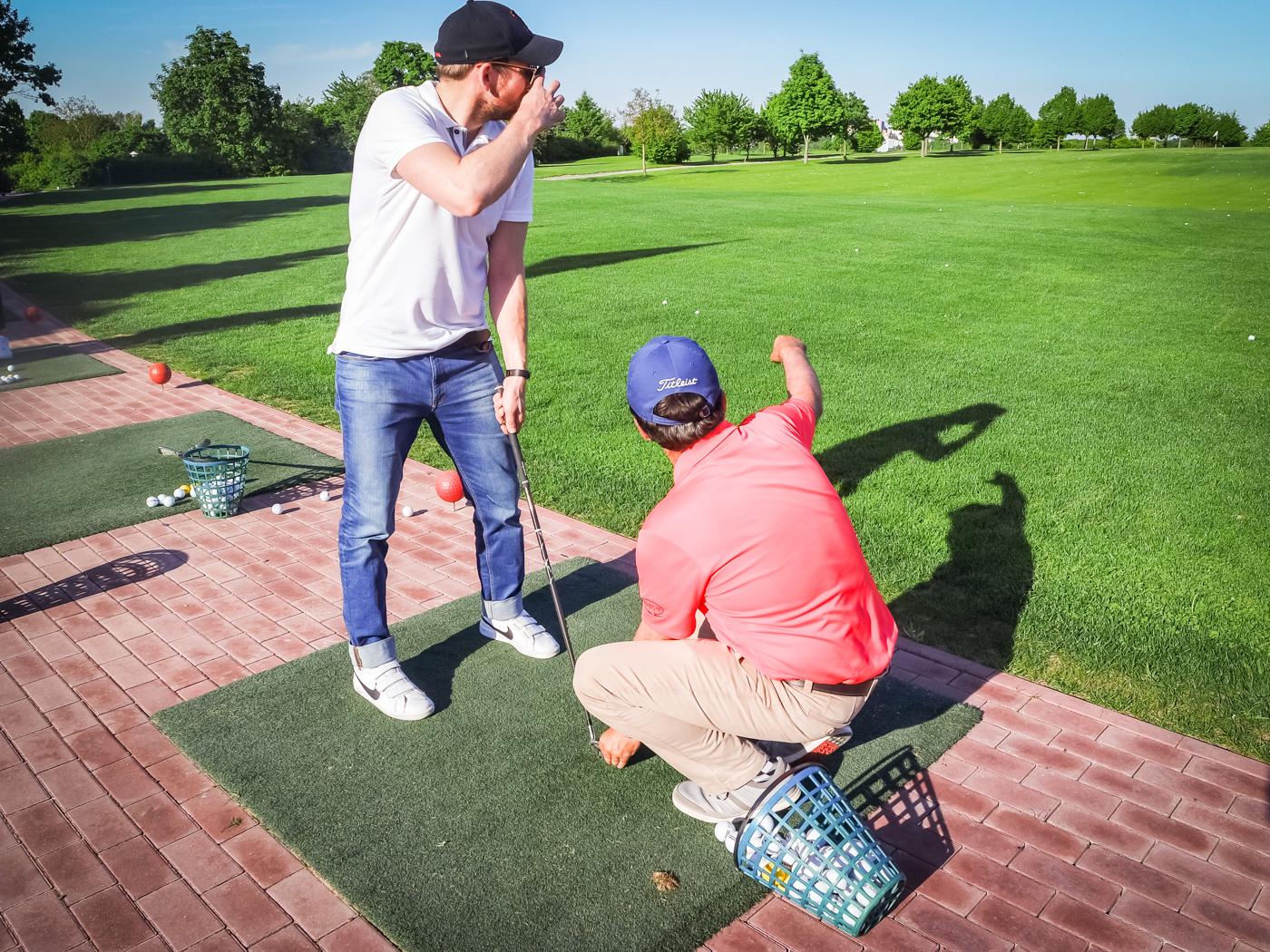 Golf-Pro Stuart zeigt unserem Team die Basics für den richtigen Abschlag. Foto: Sabine Brummer
