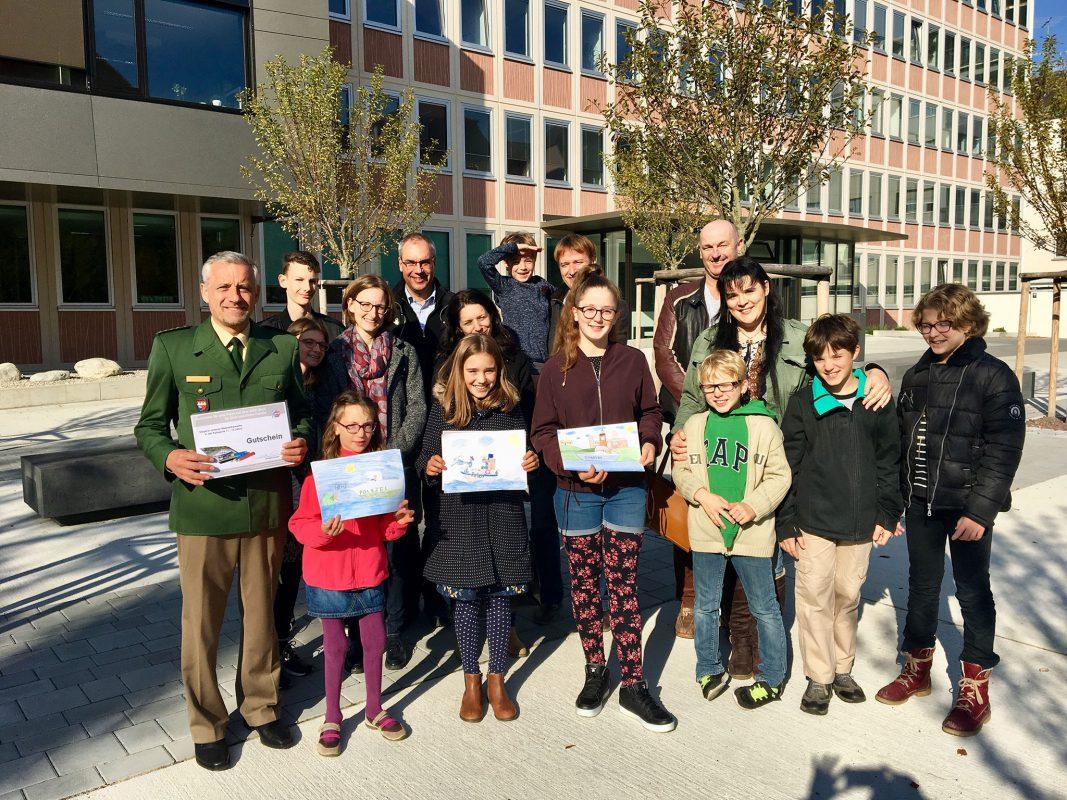 Das Foto zeigt die drei Gewinnerinnen mit den Siegerbildern und ihren Familien. Foto: Polizei