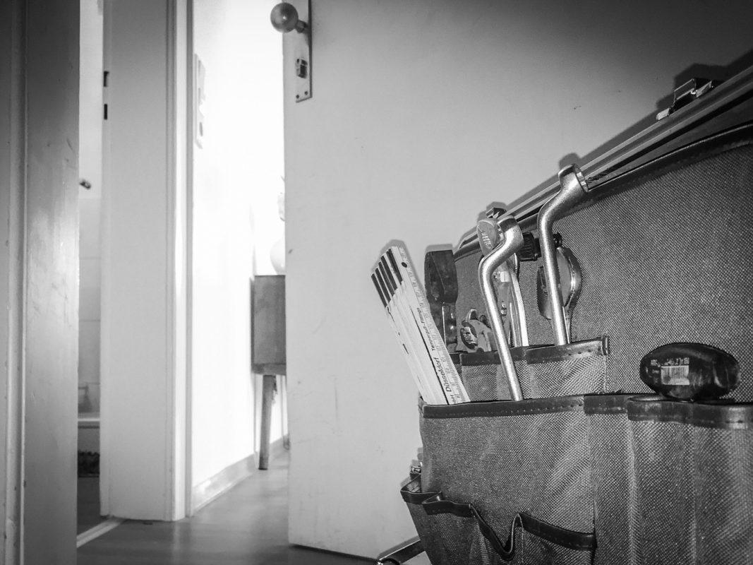 Handwerker an der Wohnungstüre. Foto: Pascal Höfig