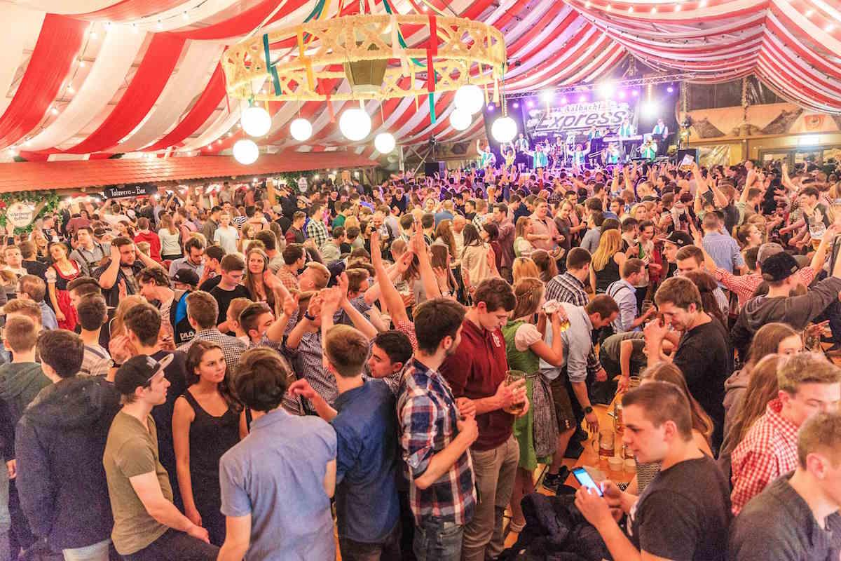 Party-Stimmung im Hahnfestzelt. Foto: Andreas Kneitz