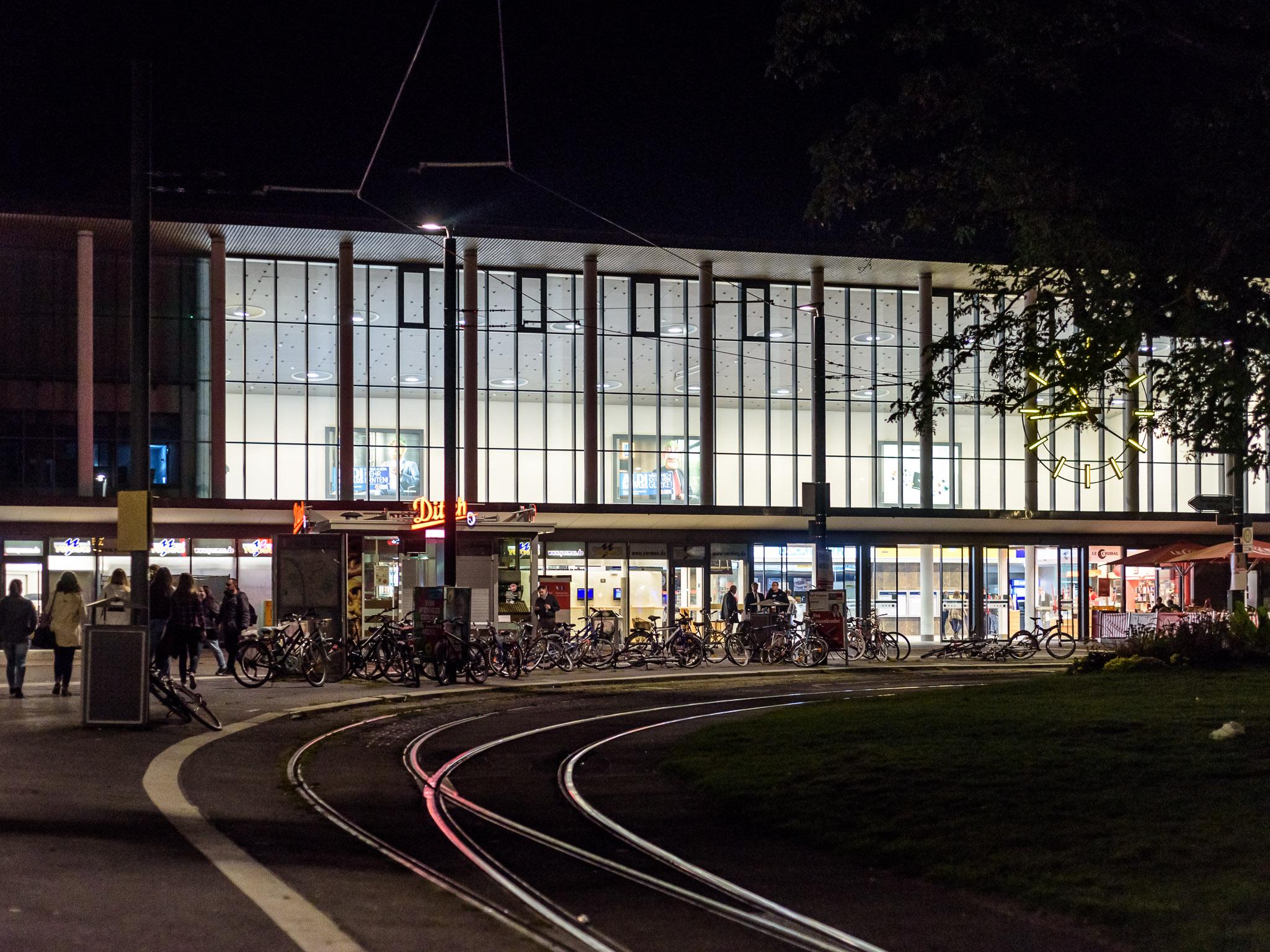 Der Hauptbahnhof Würzburg am Abend. Foto: Pascal Höfig