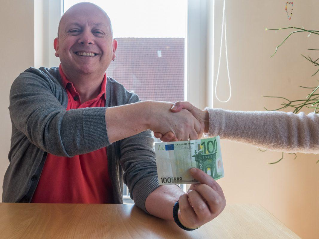 Polizeioberkommissar Herbert Tumpach übergibt die kleine Anerkennung an die Zeugin, die unerkannt bleiben möchte. Foto: Pascal Höfig