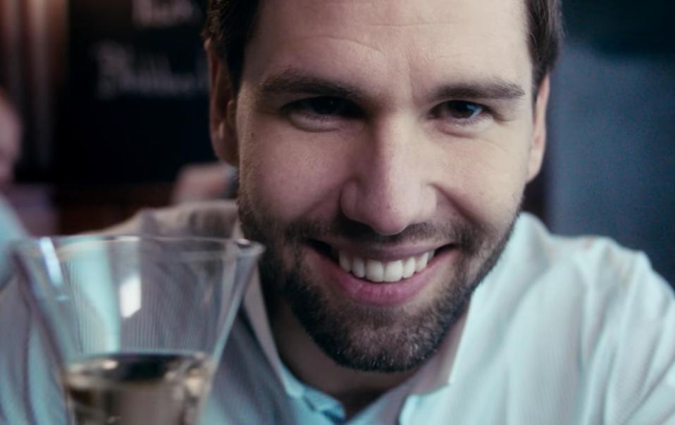 Alexander Keen in der Webserie des Café Klug über Blubberwasser und BeBaBo. – Screenshot: Youtube Café Klug