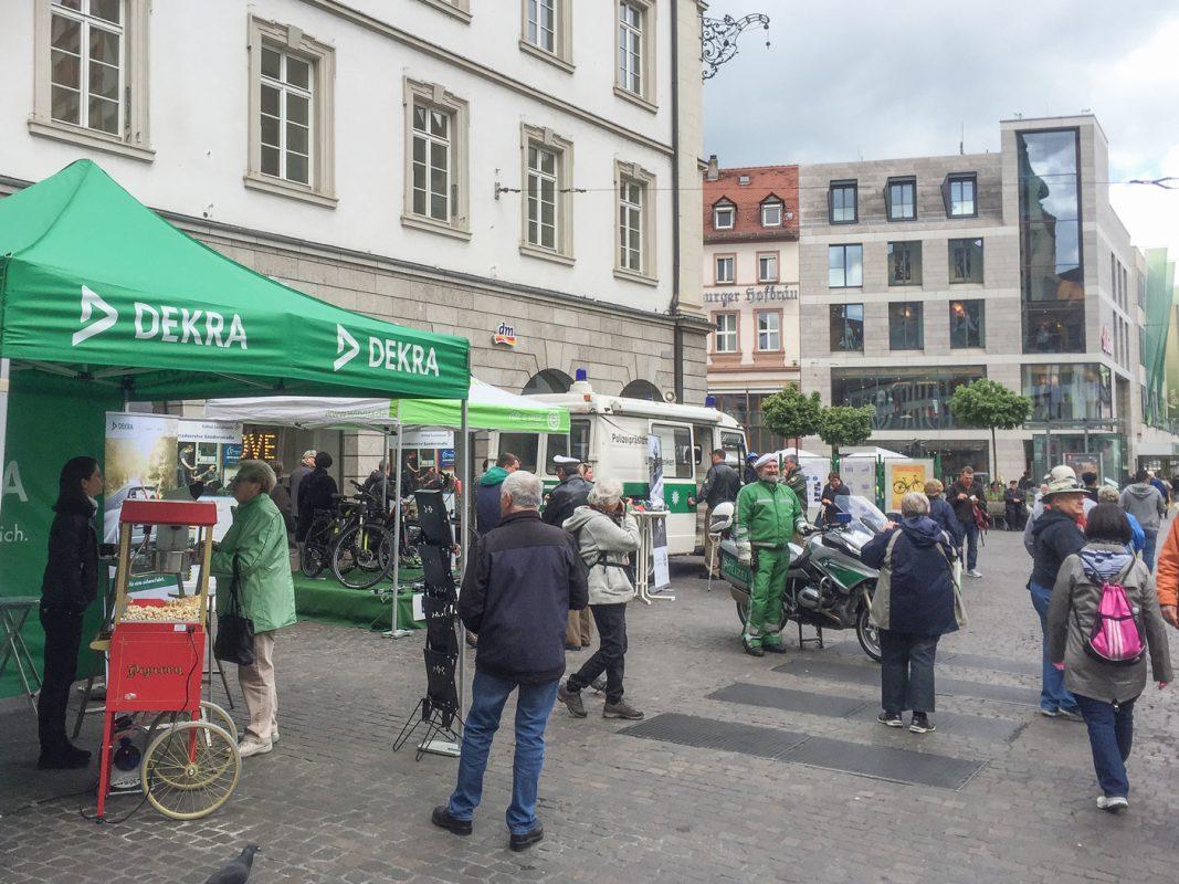 Der Infostand der Würzburger Polizei mit der Dekra. Foto: Pascal Höfig