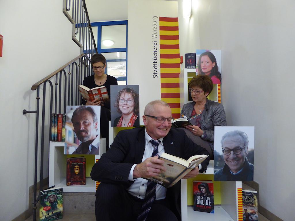 In den Büchern der Jugendbuchwochen schmökern. - Foto: Stadtbücherei / Manfred Ullrich