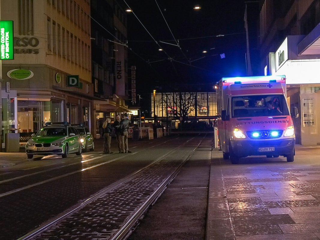 Nach einer Erstbehandlung durch den Rettungsdienst kam er zur weiteren Behandlung in ein naheliegendes Krankenhaus. Foto: Pascal Höfig