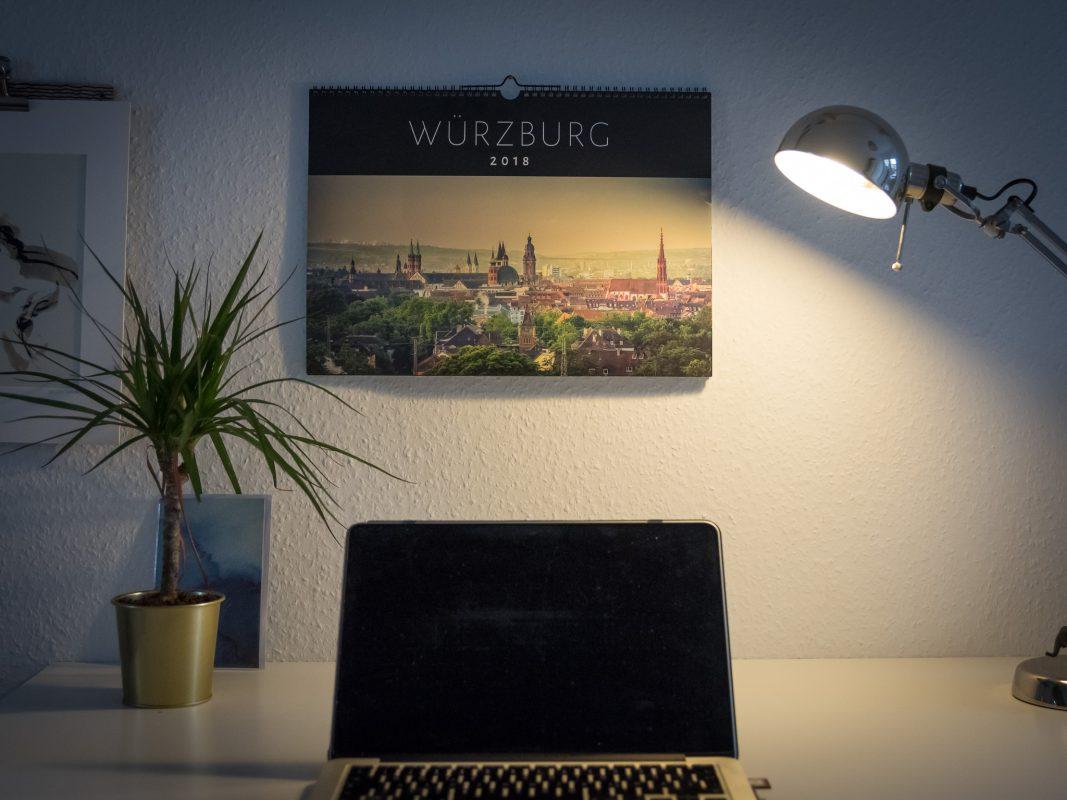 Perfektes Accessoire - Der neue Würzburg Kalender 2017. Foto: Pascal Höfig