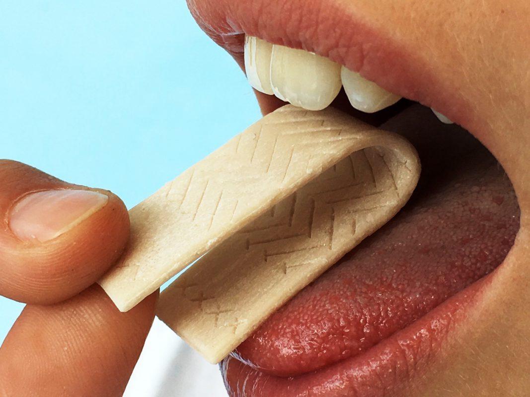 An einem Kaugummi, mit dem man Entzündungen im Mund aufspüren kann, arbeiten Forscher der Uni Würzburg. Foto: Uni Würzburg