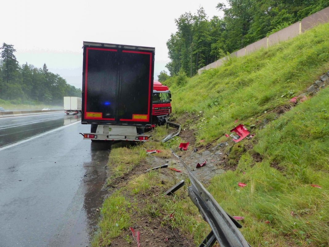 Der Lkw knickte zur Seite ein. Foto: Verkehrspolizeiinspektion Würzburg-Biebelried