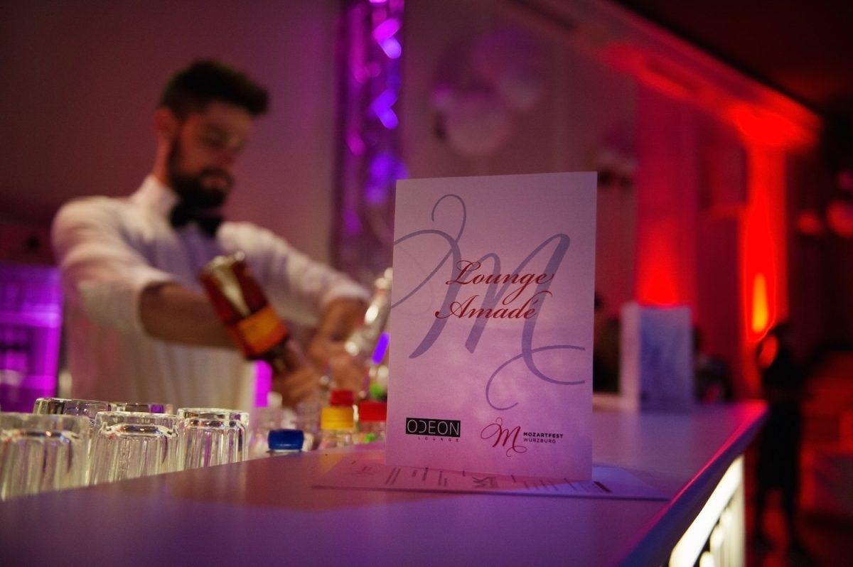 In entspannter Club-Atmosphäre einer neuen Interpretation von Klassik lauschen und Cocktails genießen. Foto: Schmelz Fotodesign