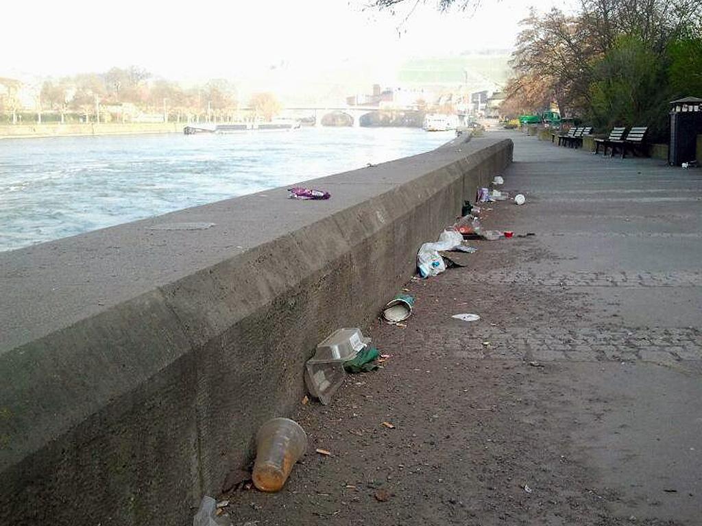 Müll an der Mainpromenade